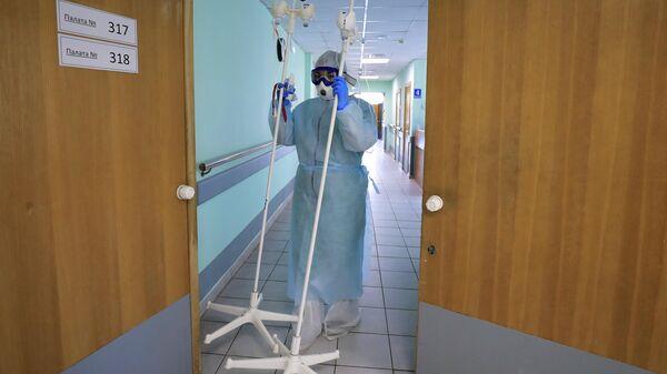 Медицинский работник в стационаре для больных с коронавирусом на базе Тверской областной клинической больницы