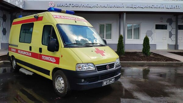Машина скорой помощи на территории медицинского центра в Калининграде, построенного Министерством обороны РФ для пациентов с коронавирусной инфекцией COVID-19