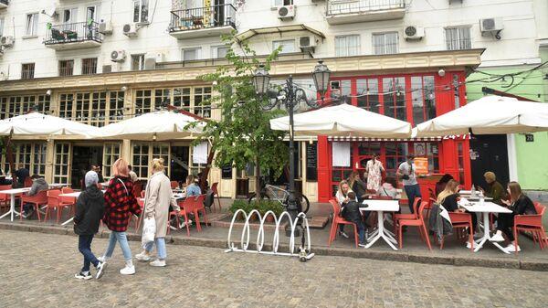 Горожане в уличном кафе