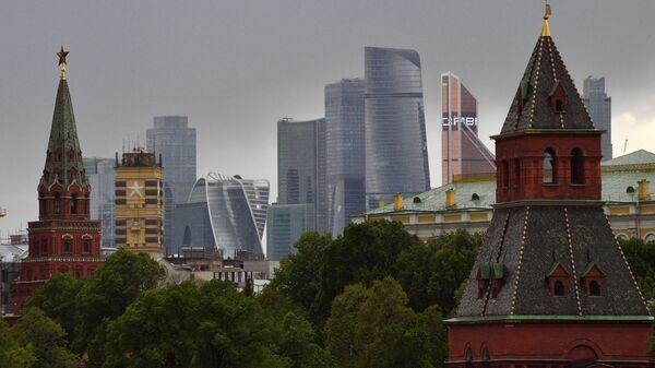 Башни Московского Кремля и московский международный деловой центр Москва-Сити