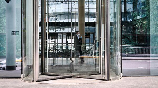 Мужчина на территории международного делового центра Москва-Сити