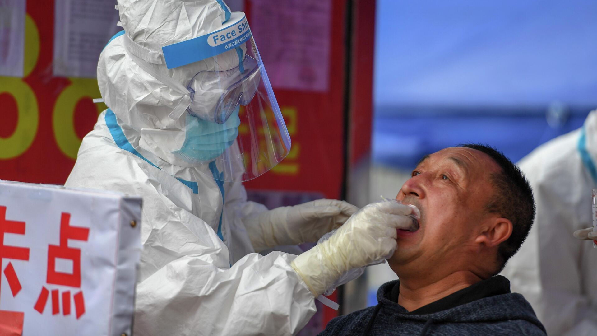 Медицинский работник делает тест на COVID-19 мужчине в провинции Цзилинь, Китай - РИА Новости, 1920, 26.11.2020