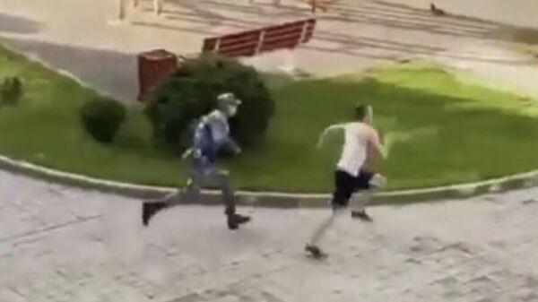 Скриншот видео, где молодой человек из Иркутска убегает от росгвардейца в обсерваторе Сочи