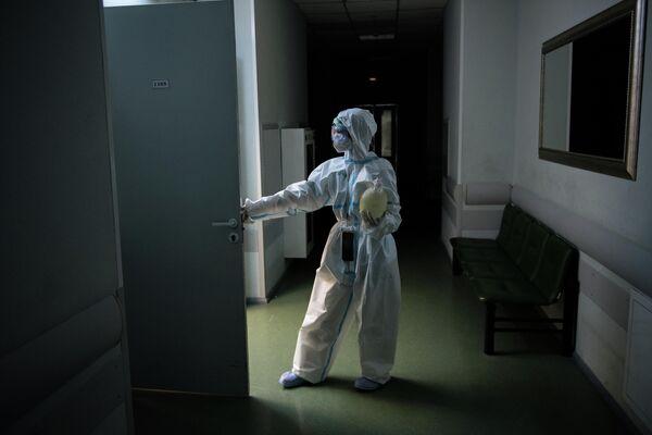 Медицинский работник в коридоре госпиталя COVID-19 в ГКБ No1 имени Н.И. Пирогова в Москве