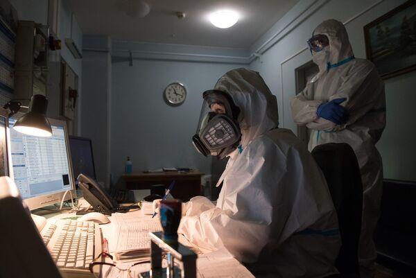 Медицинские работники в одном из отделений госпиталя COVID-19 в ГКБ No1 имени Н.И. Пирогова в Москве
