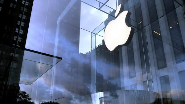 Логотип компании Apple на магазине Apple Store в Нью-Йорке