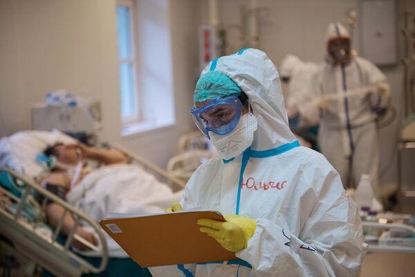 Медицинский работник в отделении реанимации и интенсивной терапии госпиталя COVID-19 в ГКБ No1 имени Н.И. Пирогова в Москве