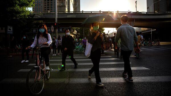 Прохожие в деловом районе Пекина