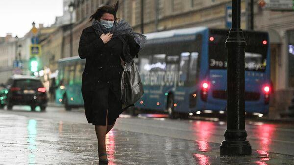 Женщина под дождем в центре Москвы