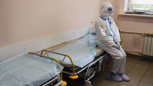 Медицинский работник в отделении реанимации и интенсивной терапии госпиталя COVID-19