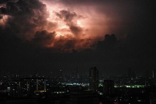 Грозовые облака перед штормом в Маниле