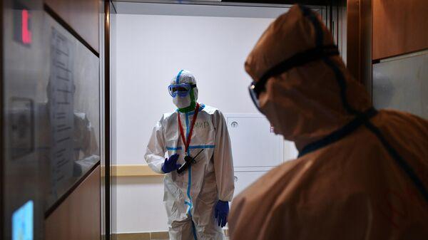 Медицинские работники в лифте в одном из отделений госпиталя COVID-19 в Центре мозга и нейротехнологий ФМБА России