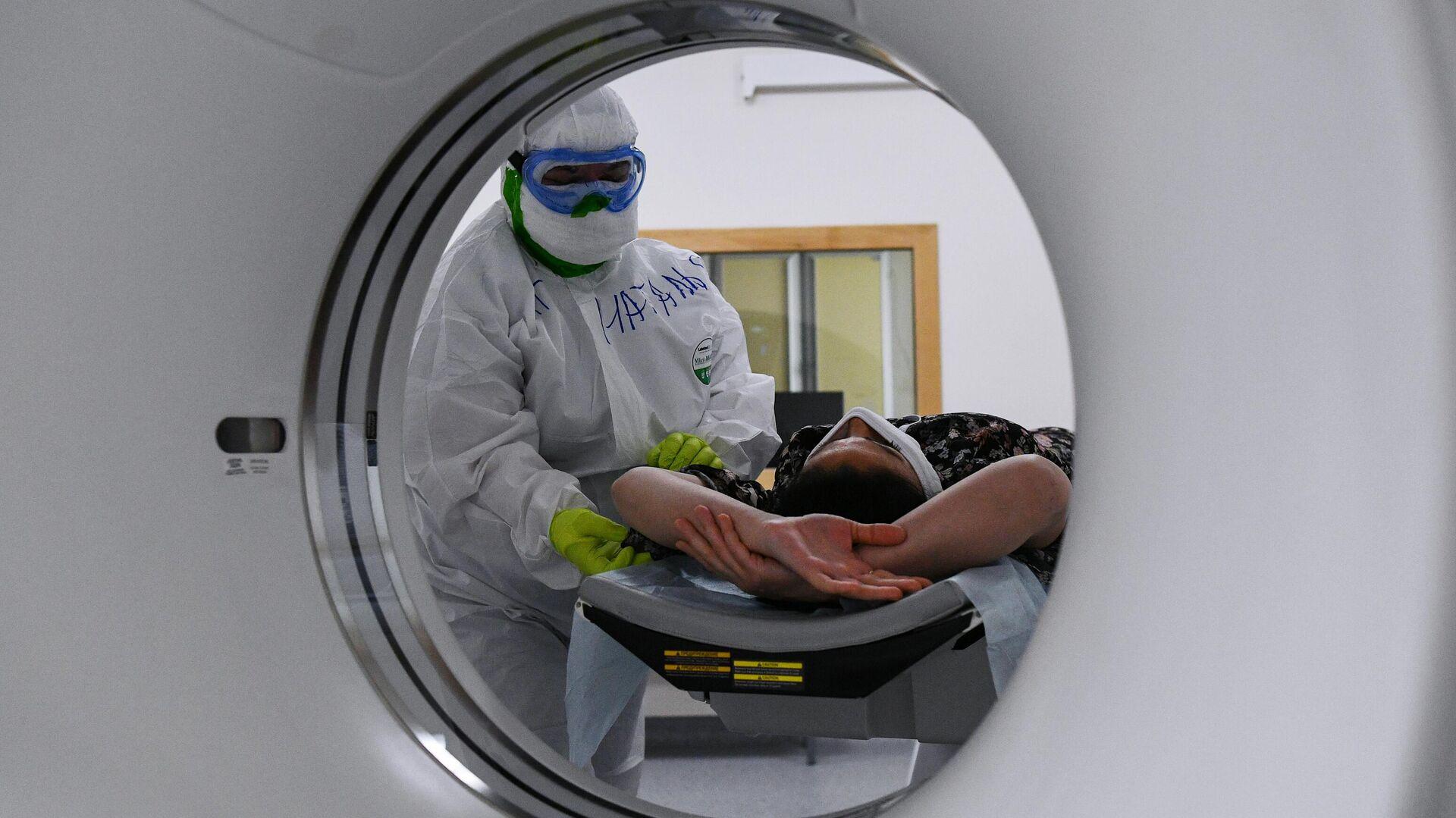 Медицинский работник готовит пациентку к проведению компьютерной томографии в   госпитале COVID-19 в Центре мозга и нейротехнологий ФМБА России - РИА Новости, 1920, 09.11.2020
