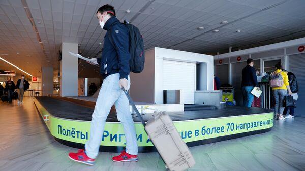 Пассажир в зоне выдачи багажа в аэропорту Храброво в Калининграде