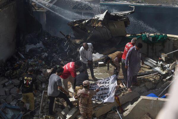На месте крушения пассажирского самолета в жилом районе недалеко от аэропорта в Карачи