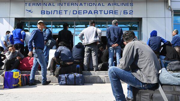 Граждане Узбекистана в очереди у входа в международный терминал аэропорта Толмачево в Новосибирске
