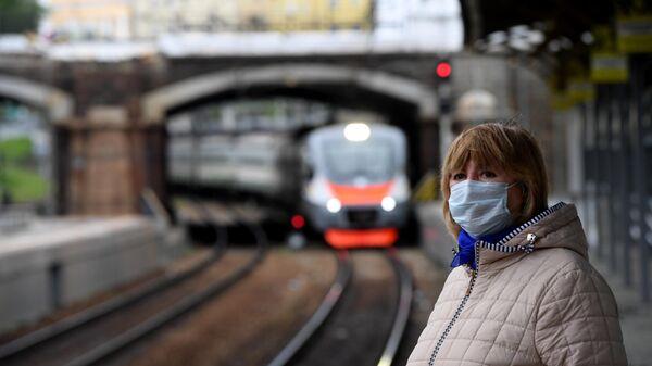 Пассажирка в защитной маске на станции Московских центральных диаметров Белорусская