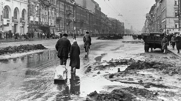 Блокада Ленинграда. Родственники везут на кладбище умершего от голода ленинградца