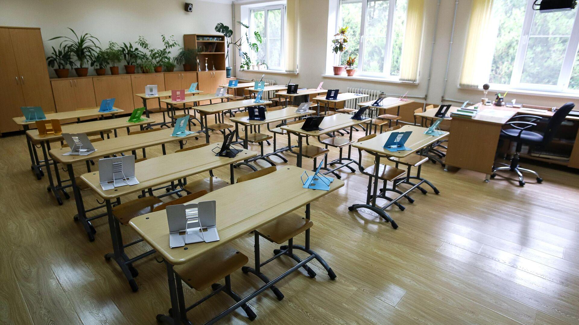 Пустой учебный класс средней школы № 12 в Пятигорске - РИА Новости, 1920, 26.09.2020
