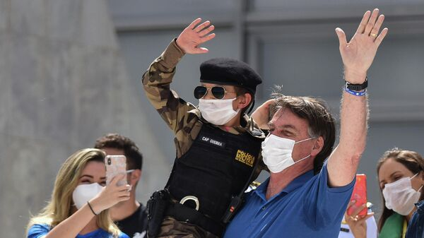 Президент Бразилии Жаир Болсонару во время акции протеста перед штаб-квартирой ВС Бразилии