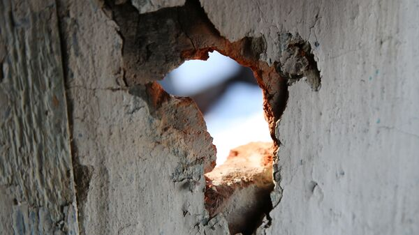 Повреждения жилого дома в результате обстрел украинскими силовиками