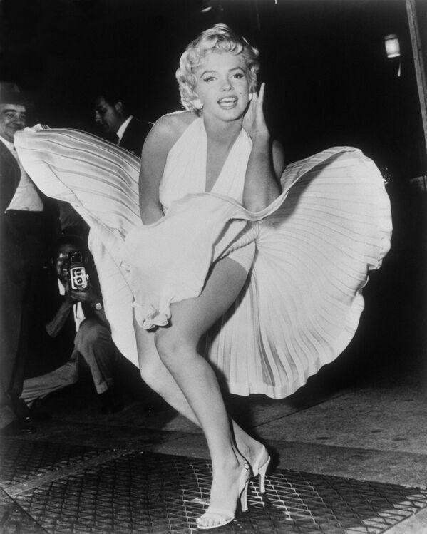 Мэрилин Монро позирует во время съемок фильма Зуд седьмого года на Манхэттене. 9 сентября 1954 года