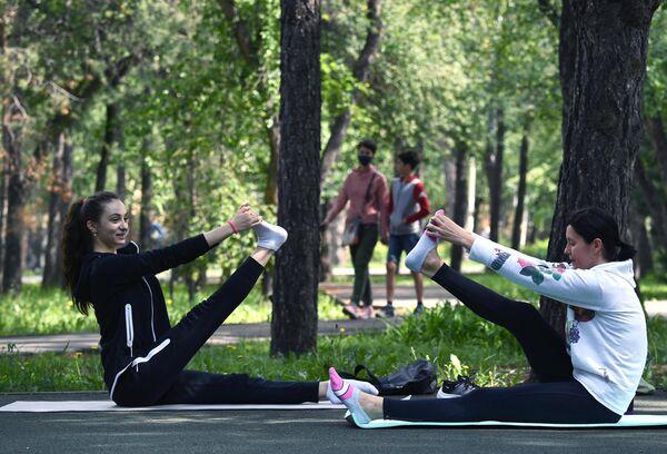 Женщины занимаются гимнастикой в Заельцовском парке в Новосибирске