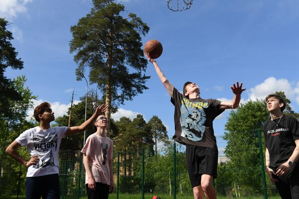 Молодые люди играют в баскетбол в парке имени Урицкого в Казани