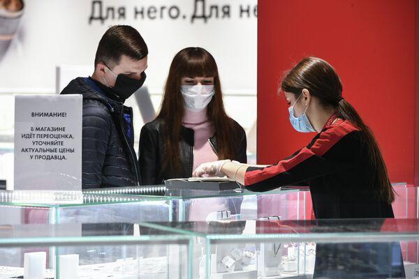 Покупатели в гипермаркете Ашан после отмены режима самоизоляции в Крыму