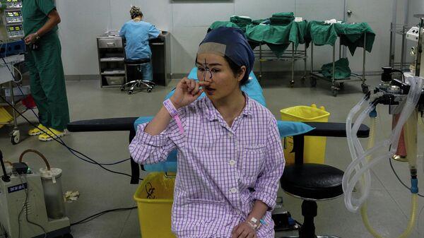 Девушка готовится к пластической операции в Шанхае, Китай