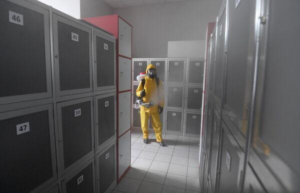 Сотрудник МЧС РФ проводит дезинфекцию помещений Киевского вокзала в Москве в рамках мер по профилактике коронавирусной инфекции