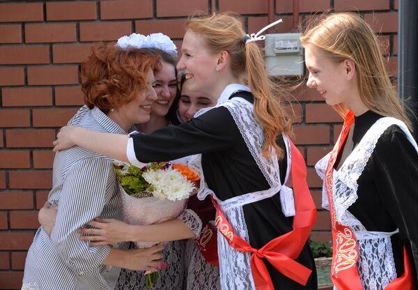Выпускники поздравляют учителя истории Светлану Соколову у нее дома в день последнего звонка в селе Миасское Челябинской области