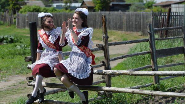 Выпускницы во время последнего звонка около сельской школы села Миасское Челябинской области