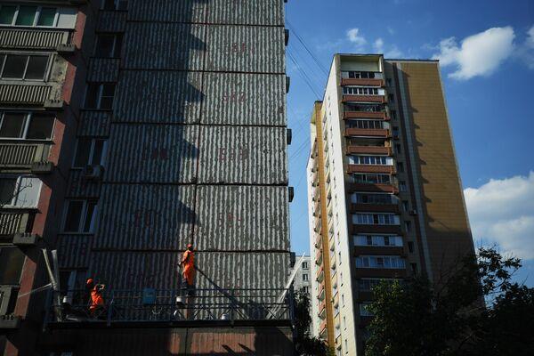 Рабочие проводят ремонт жилого дома в московском районе Капотня