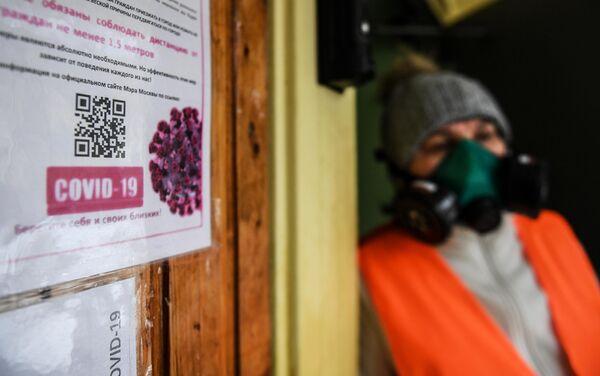 Дезинфекционная обработка в подъезде жилого дома Москвы в рамках профилактики коронавируса