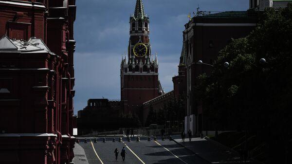 Прохожие в Кремлевском проезде в Москве