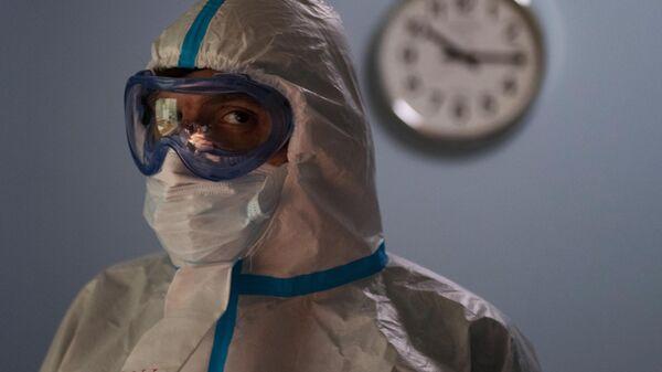 Медицинский работник в одном из отделений госпиталя COVID-19 в ГКБ No1 имени Н.И. Пирогова в Москве