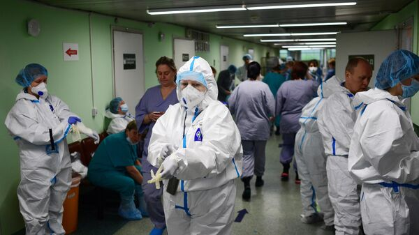 Медицинские работники в зеленой зоне госпиталя COVID-19 городской клинической больницы № 15 имени О. М. Филатова в Москве