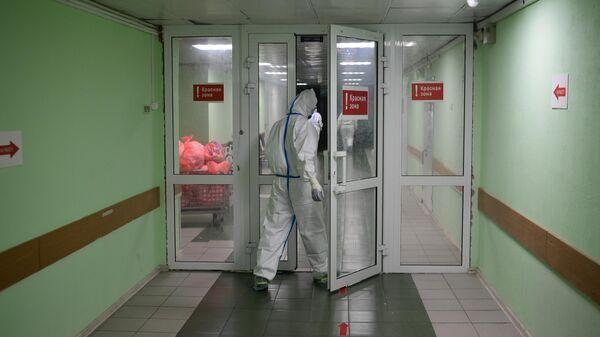 Медицинские работники входят в красную зону госпиталя COVID-19
