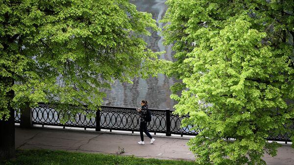 Девушка на набережной Тараса Шевченко в Москве