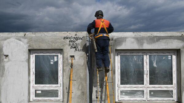 Рабочий на строительной площадке ЖК Южная Битца в Подмосковье
