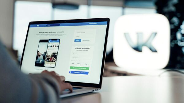 Страница ВКонтакте на экране ноутбука