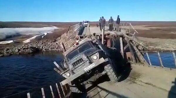 На Ямале под грузовиком обрушился деревянный мост
