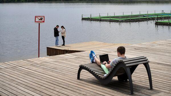 Молодые люди отдыхают в районе Строгино в Москве