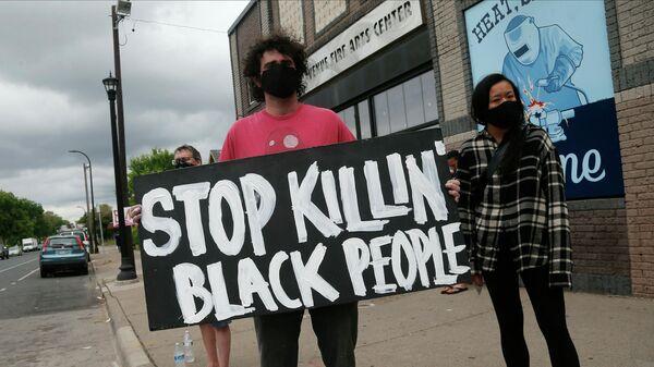 Протест на месте убийства афроамериканца Джорджа Флойда полицейскими в Миннеаполисе, США