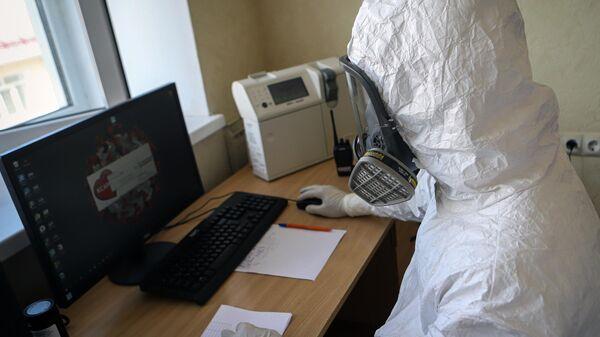 Медицинский работник в госпитале для зараженных коронавирусной инфекцией