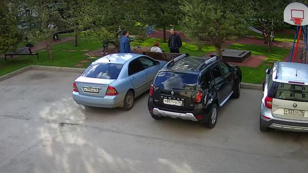 Ярославский чиновник обозвал мужчину и плюнул в него