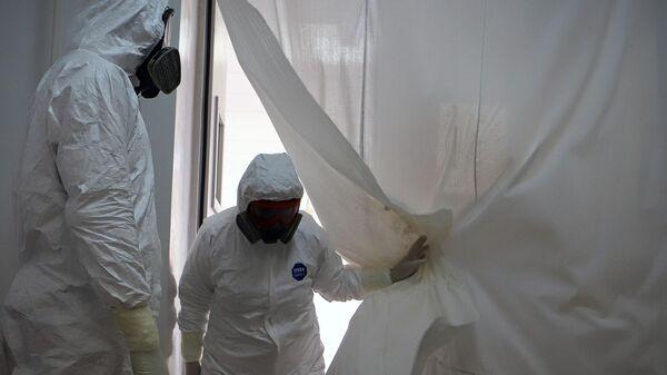 Медицинские работники в госпитале для зараженных коронавирусной инфекцией COVID-19