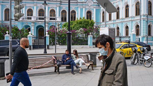 Прохожие на Мясницкой улице в Москве