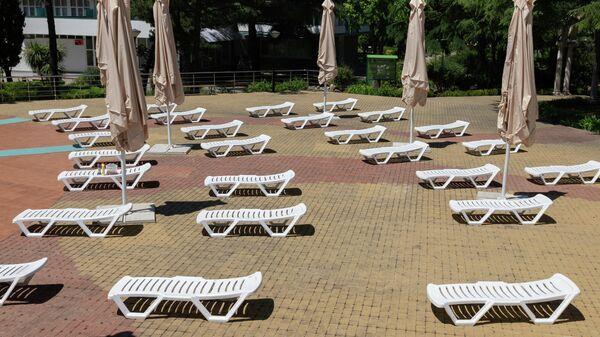 Лежаки у бассейна санатория Знание в Сочи, установленные по новым правилам социального дистанцирования